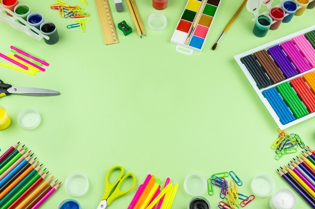 Fournitures scolaires sur fond vert