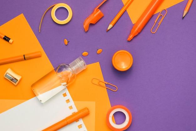 Fournitures scolaires sur fond violet