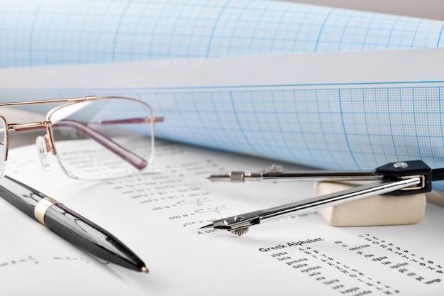 Fournitures scolaires et manuel de mathématiques en gros plan