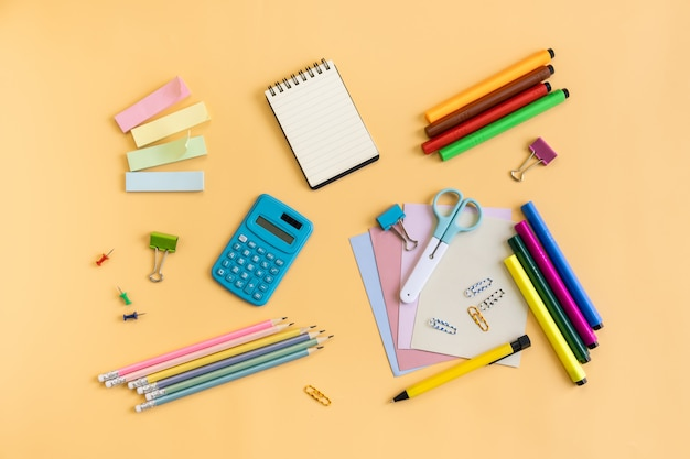 Fournitures scolaires de matériel de papeterie sur fond de couleur avec espace de copie