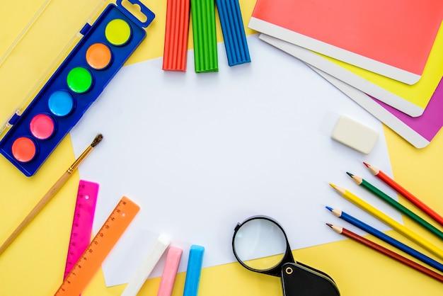 Fournitures scolaires avec un morceau de papier, vue de dessus