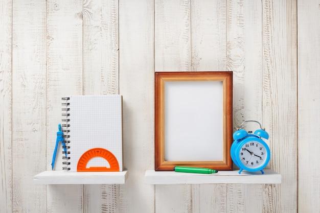 Fournitures scolaires et outils sur étagère en bois blanc