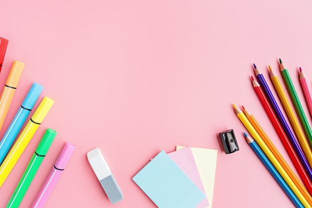 Fournitures scolaires, papeterie sur fond rose