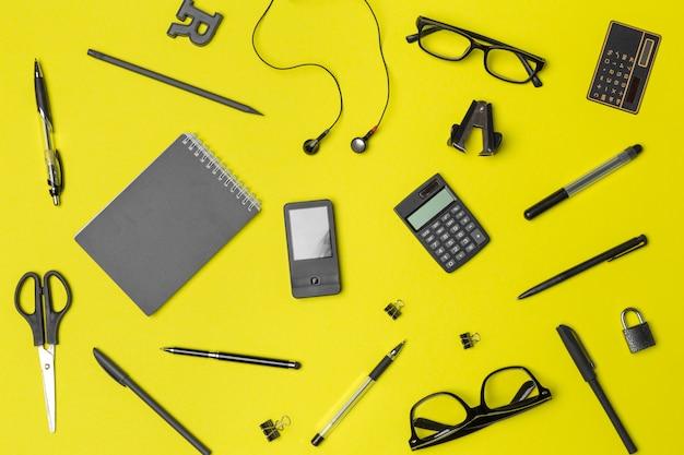 Fournitures scolaires sur papier jaune