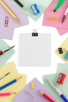Fournitures scolaires et papier à lettres sur fond blanc