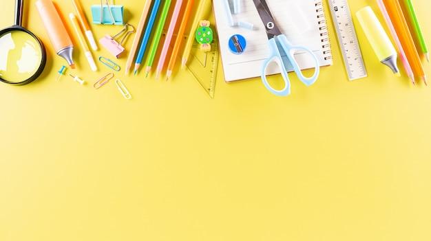 Fournitures scolaires sur papier pastel