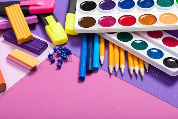 Fournitures scolaires avec de la peinture et des crayons