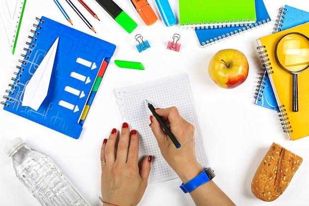 Fournitures scolaires et pomme mûre