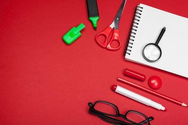 Fournitures scolaires en rouge