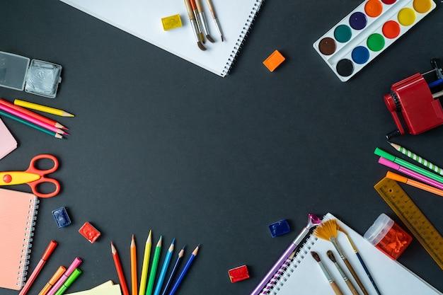 Les fournitures scolaires sont affichées sur un tableau noir