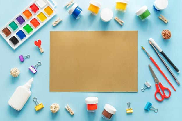 Fournitures scolaires stationnaires colorées sur fond bleu tendance