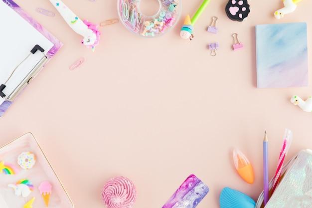 Fournitures scolaires avec un stylo licorne, crayon lama rose