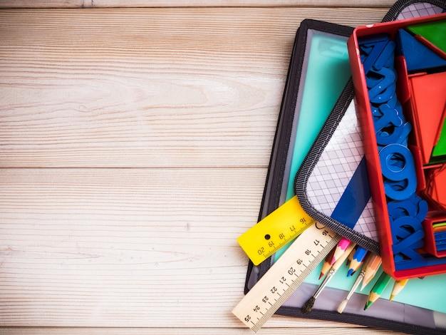 Fournitures scolaires sur la table en bois