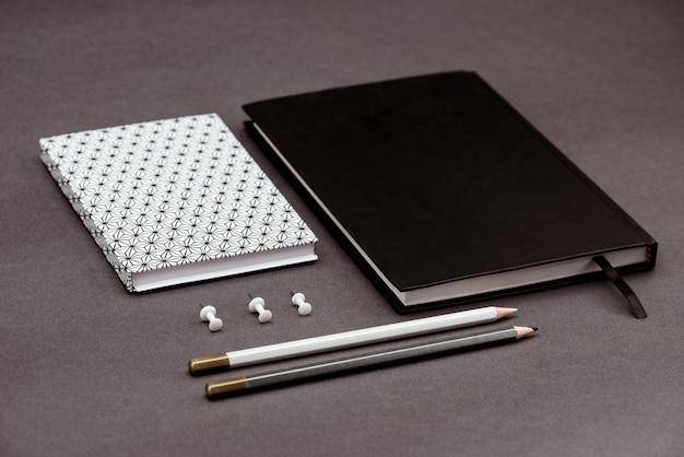 Fournitures scolaires sur table grise