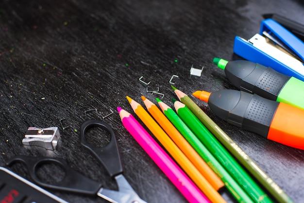 Fournitures scolaires sur une table