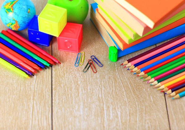 Fournitures scolaires sur table