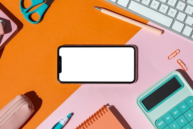 Fournitures scolaires sur la table