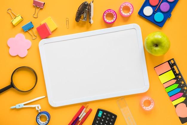 Fournitures scolaires avec tableau blanc au centre