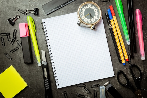 Fournitures scolaires sur tableau noir, retour au concept de l'école
