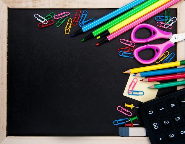 Fournitures scolaires et tableau noir