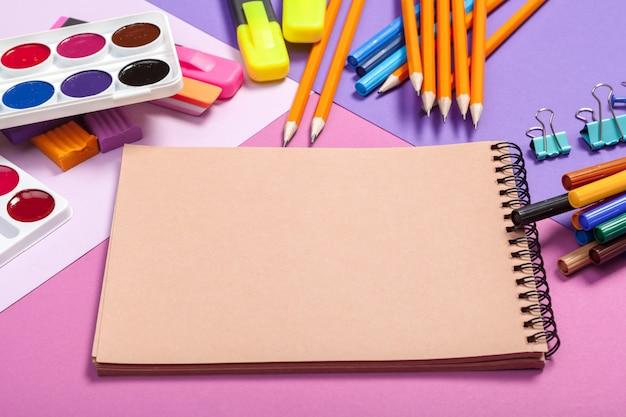 Fournitures scolaires à texture colorée abstraite