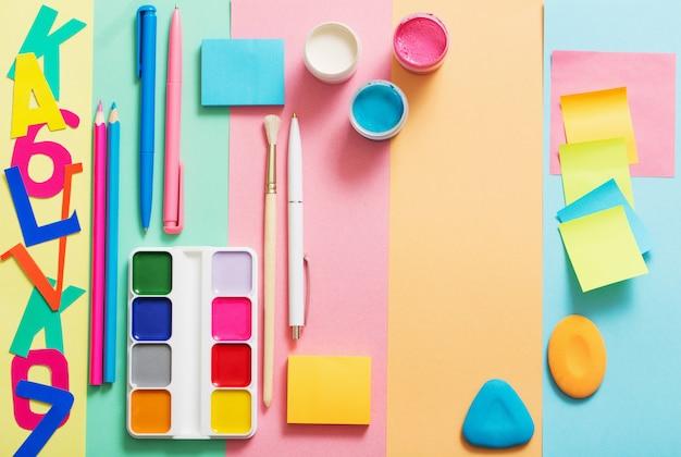 Fournitures scolaires à la texture de fond de papier coloré
