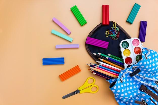 Les fournitures scolaires tombent du sac à dos