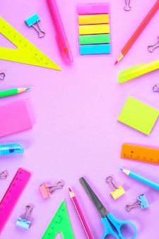 Fournitures scolaires sur violet