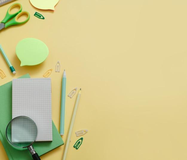 Fournitures de table de travail à plat pour la rentrée scolaire