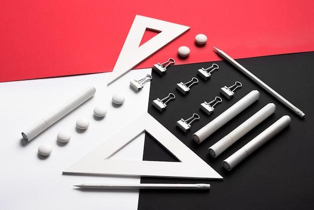 Fournitures sur tableau blanc rouge et noir