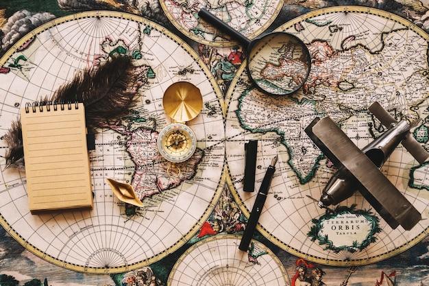 Fournitures de voyage antique près de petit carnet
