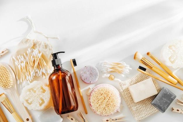 Fournitures zéro déchet pour l'hygiène personnelle. savon écologique, bouteilles de shampoing, brosse à dents en bambou