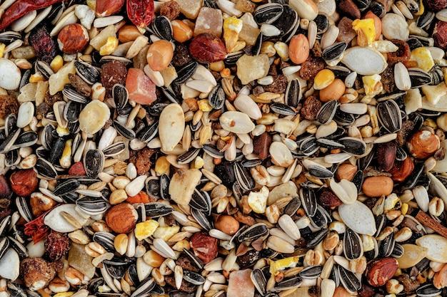 Fourrage pour perroquet composé de fruits secs, noix et mélange de graines. une alimentation saine pour les animaux.