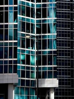 Fragment abstrait de l'architecture moderne, murs en verre.