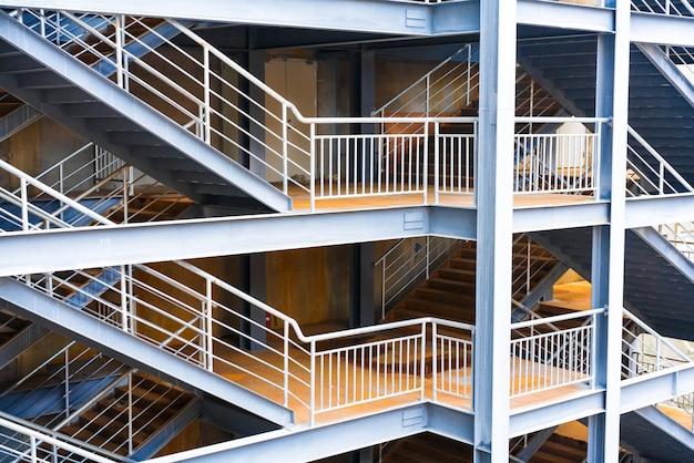 Fragment abstrait intérieur moderne avec des balustrades en acier et des escaliers en verre