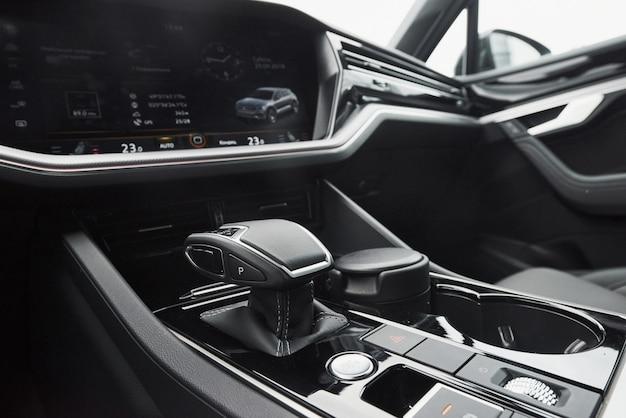 Un fragment de la berline de voiture moderne et une boîte de vitesses dans une voiture chère.