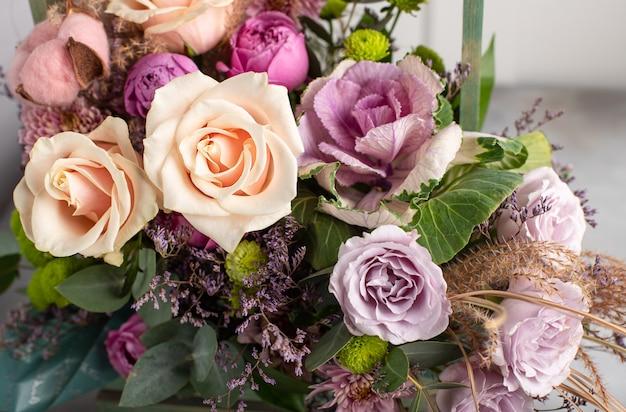 Fragment de bouquet coloré de fleurs. concept de design de fleuriste. image horizontale, gros plan