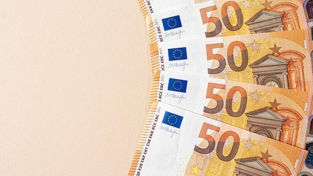 Fragment du billet de cinquante euros sur fond beige.
