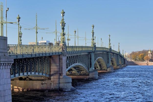 Fragment du pont de la trinité avec d'anciennes lanternes sur la neva. russie, paysage urbain de saint-pétersbourg
