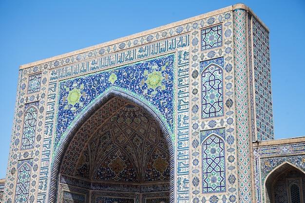 Fragment de la façade de la médersa tillya-kari, décorée de mosaïques, sur la place du registan à smarkand en ouzbékistan. 29.04.19