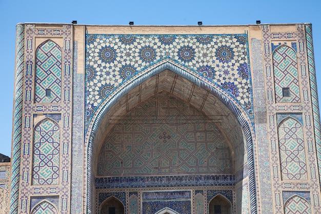 Un fragment de la façade de la médersa tilya kori sur la place du registan à samarkand, en ouzbékistan.