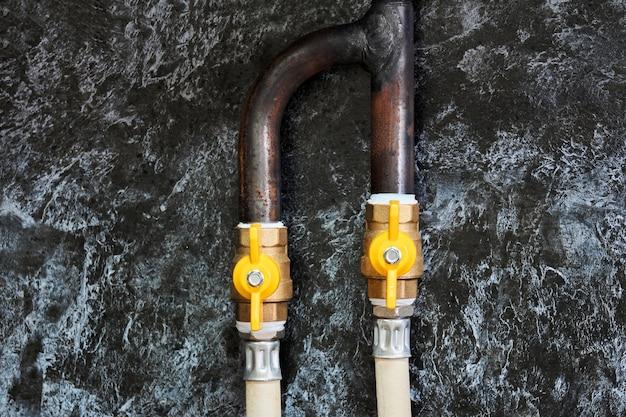 Fragment d'un gazoduc domestique fixe dans la cuisine avec une fourchette et des vannes