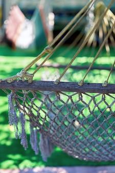 Un fragment de hamac tissé à partir de cordes est suspendu dans une zone de loisirs du pays.