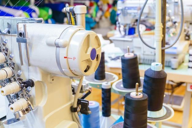 Fragment de l'intérieur d'un atelier de couture avec divers équipements