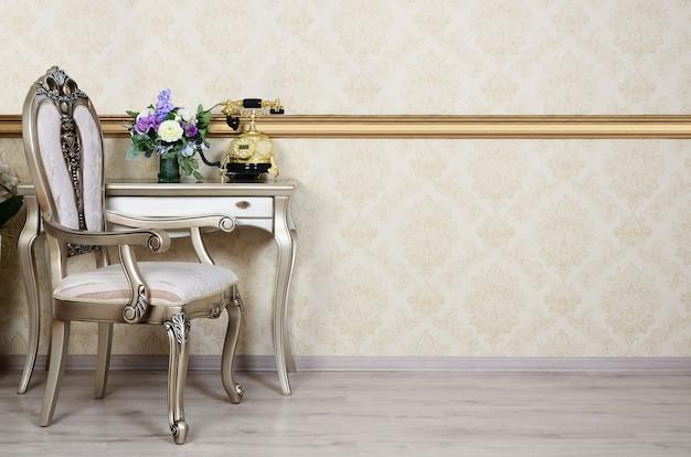 Un fragment d'un intérieur rétro avec une chaise et un bureau