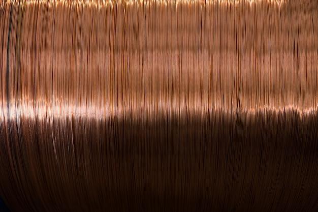 Fragment à l'intérieur d'une usine moderne produisant des câbles électriques et des fibres optiques.