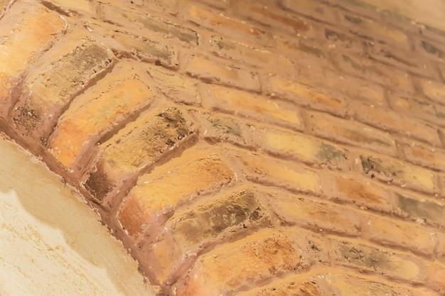 Fragment de mur de briques dans une salle de style orient.