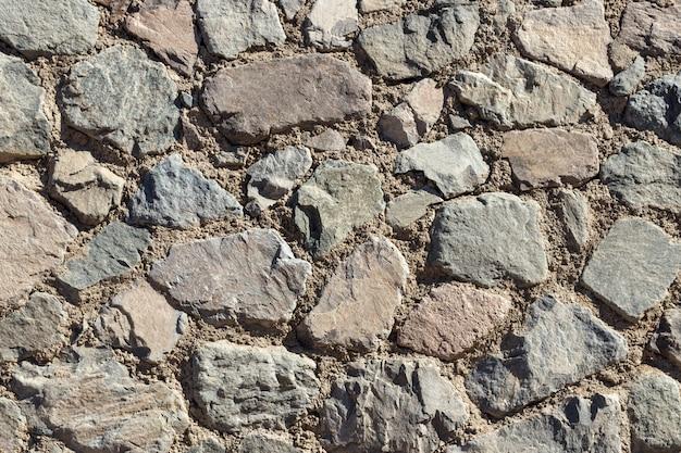 Fragment d'un mur sur un fond de pierre ébréchée