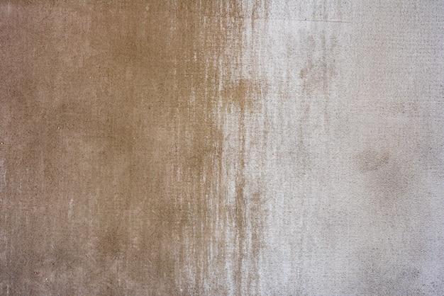 Fragment de mur avec des rayures et des fissures