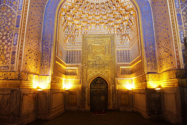 Fragment d'un mur richement décoré à l'intérieur de la médersa sherdor sur la place du registan à samarkand. 29.04.2019